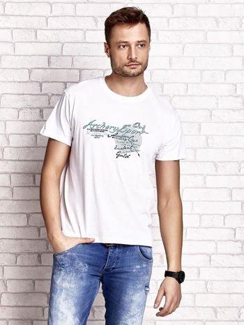 Biały t-shirt męski ze sportowym nadrukiem i napisami                                  zdj.                                  2