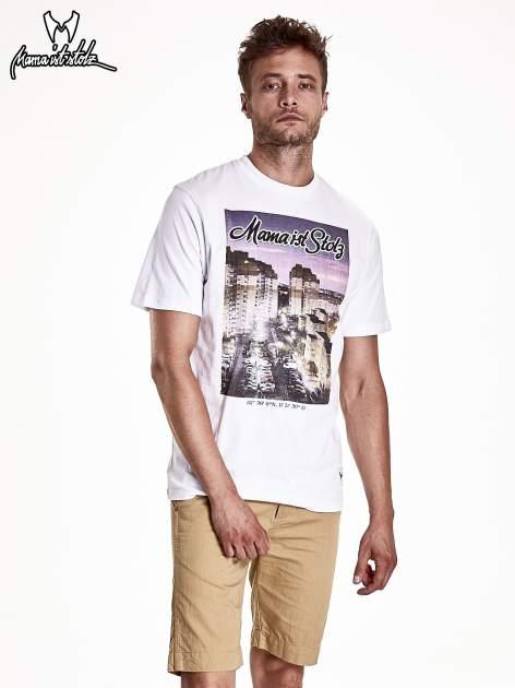 Biały t-shirt męski ze zdjęciem miasta                                  zdj.                                  2