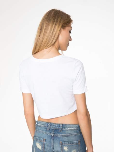 Biały t-shirt przed pępek ze złotym nadrukiem GET INTO IT                                  zdj.                                  6