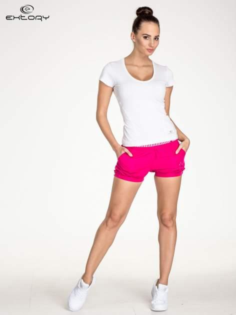 Biały t-shirt sportowy z dekoltem U                                  zdj.                                  2