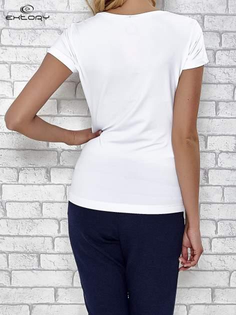 Biały t-shirt sportowy z dekoltem w lekkie V                                  zdj.                                  4