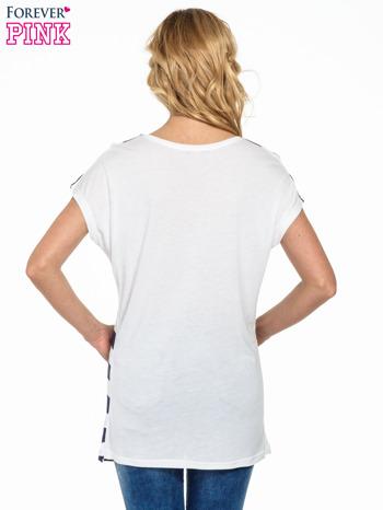 Biały t-shirt w fioletowe pasy                                  zdj.                                  4