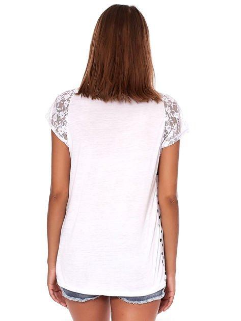 Biały t-shirt w grochy                              zdj.                              2