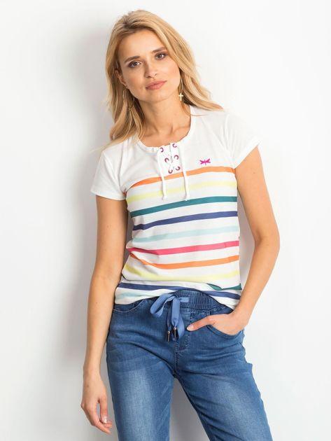 Biały t-shirt w kolorowe paski                              zdj.                              1