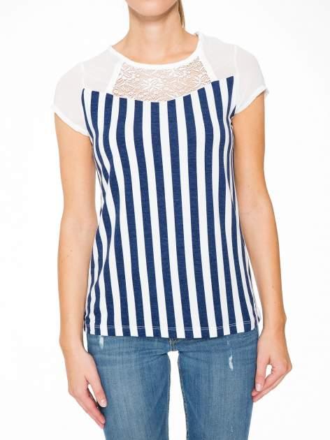 Biały t-shirt w paski z ażurowym karczkiem                                  zdj.                                  7