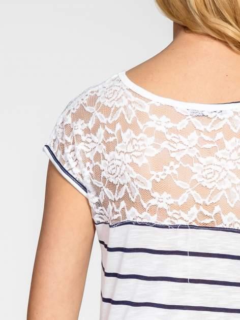 Biały t-shirt w paski z koronkowym wykończeniem                                  zdj.                                  6