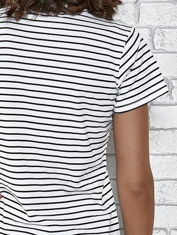 Biały t-shirt w paski z nadrukiem jedzenia                                  zdj.                                  6