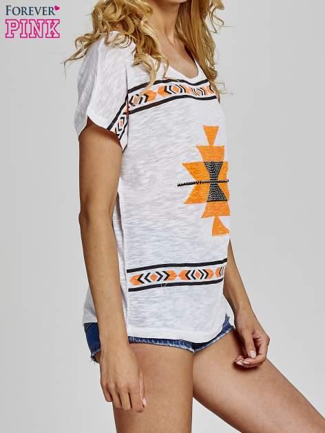 Biały t-shirt we wzory azteckie z dżetami                                  zdj.                                  3
