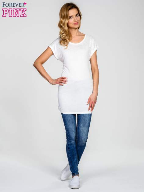 Biały t-shirt z aplikacją na dekolcie                                  zdj.                                  6