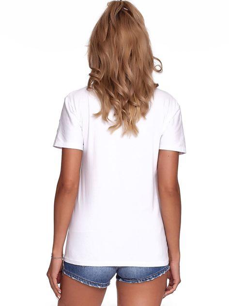Biały t-shirt z ażurowymi kółeczkami i napisem                              zdj.                              2