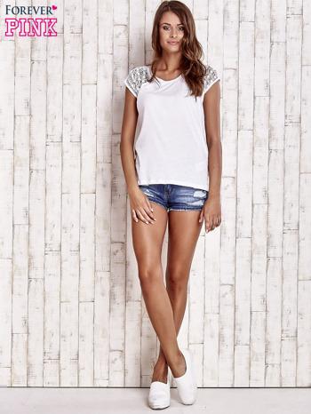 Biały t-shirt z ażurowymi rękawami                                  zdj.                                  2
