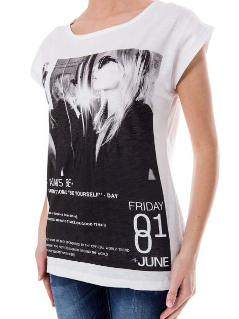 Biały t-shirt z blogerskim nadrukiem                                  zdj.                                  4
