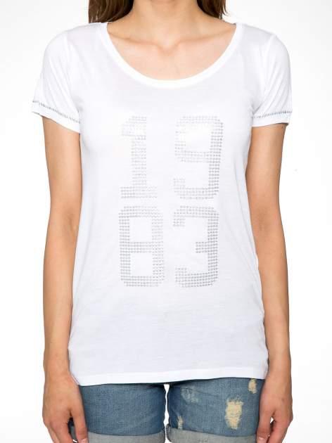 Biały t-shirt z błyszczącym numerem 1983                                  zdj.                                  7