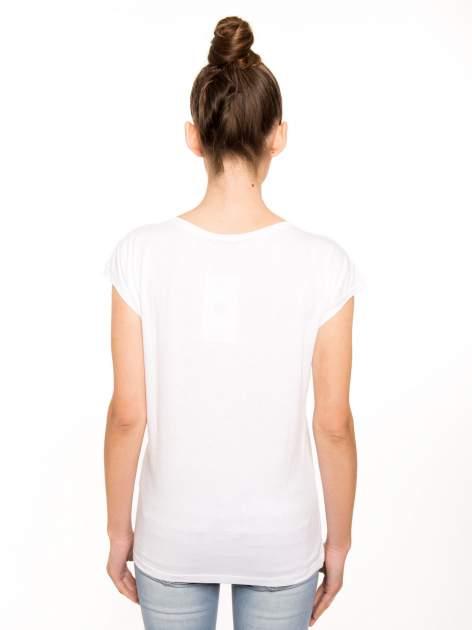 Biały t-shirt z czarnym nadrukiem                                  zdj.                                  3