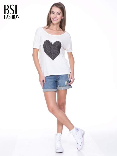 Biały t-shirt z czarnym sercem z cekinów                                  zdj.                                  5