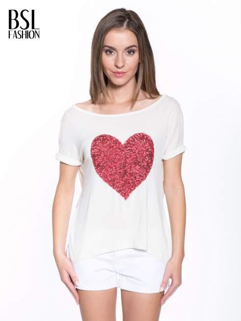 Biały t-shirt z czerwonym sercem z cekinów