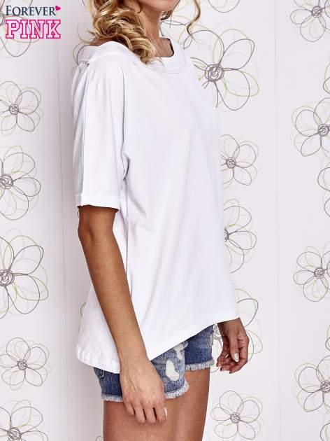 Biały t-shirt z dekoltem w łódkę                                  zdj.                                  3