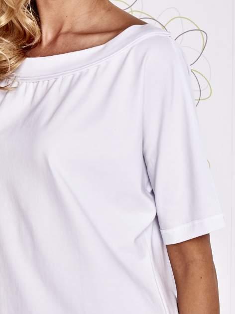 Biały t-shirt z dekoltem w łódkę                                  zdj.                                  5