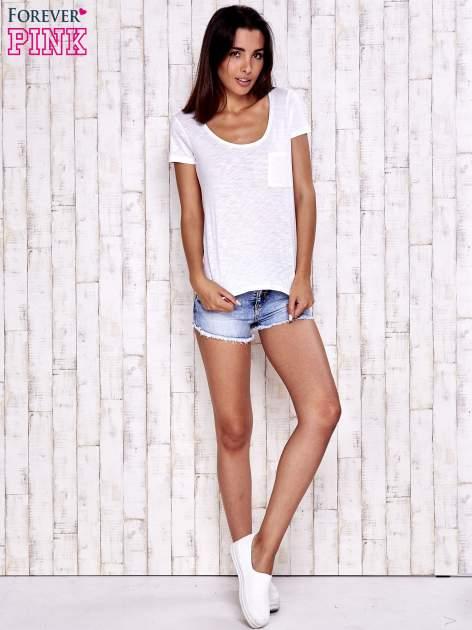 Biały t-shirt z kieszonką