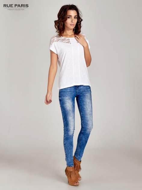 Biały t-shirt z koronkową aplikacją na górze                                  zdj.                                  2