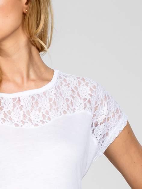 Biały t-shirt z koronkowym dekoltem                                  zdj.                                  4