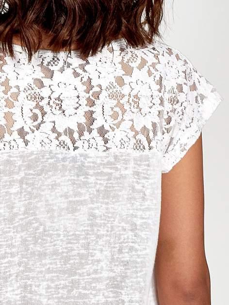 Biały t-shirt z koronkowymi rękawami i gwiazdkami                                  zdj.                                  6