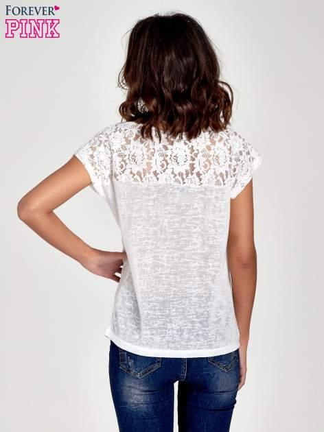Biały t-shirt z koronkowymi rękawami i gwiazdkami                                  zdj.                                  4