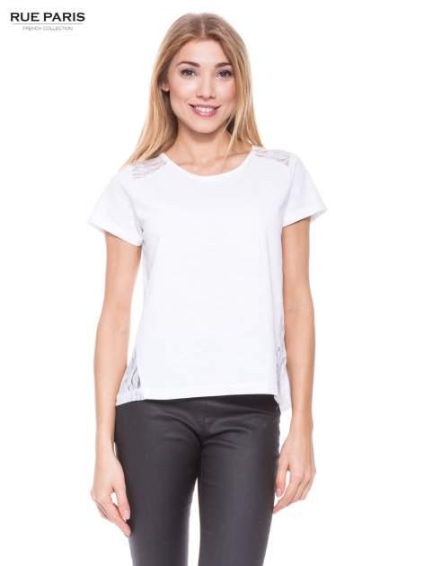 Biały t-shirt z koronkowymi wstawkami                                  zdj.                                  1