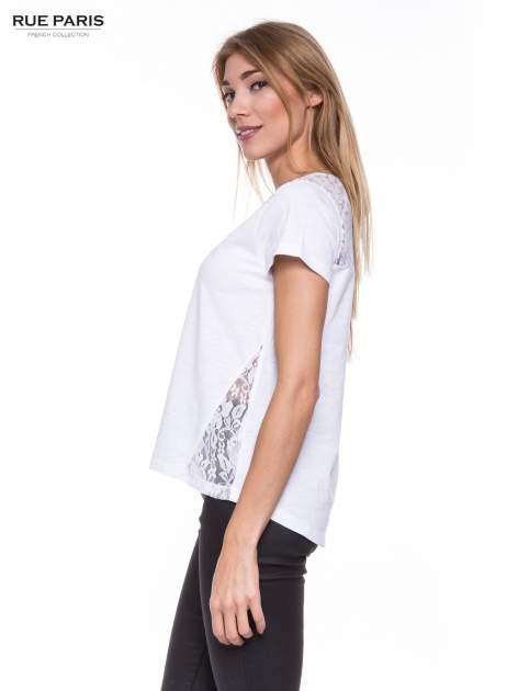 Biały t-shirt z koronkowymi wstawkami                                  zdj.                                  2
