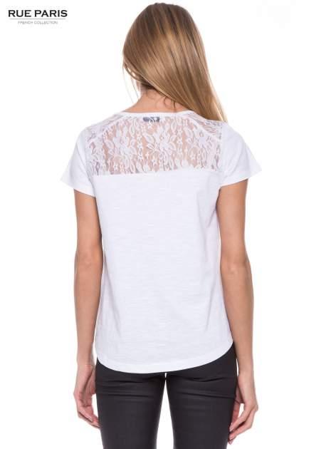Biały t-shirt z koronkowymi wstawkami                                  zdj.                                  3