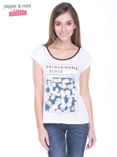 Biały t-shirt z kwiatowym nadrukiem i napisem UNIMAGINABLE SENSE