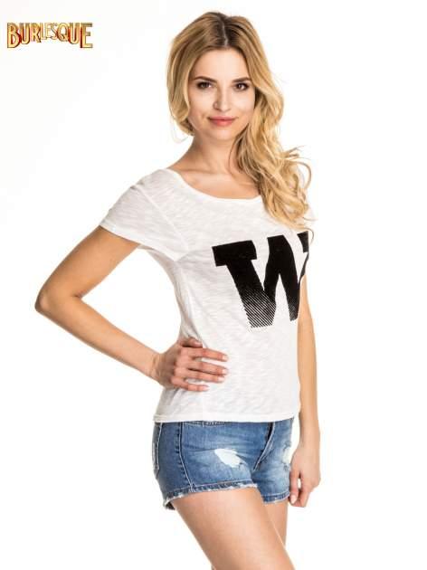 Biały t-shirt z literą W                                  zdj.                                  3