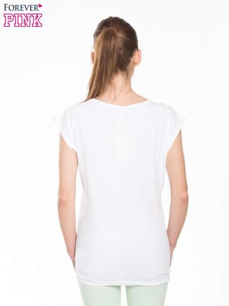 Biały t-shirt z modowym nadrukiem                                   zdj.                                  4