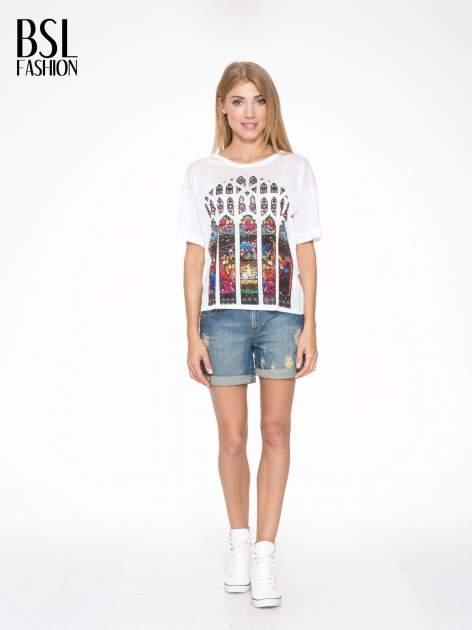 Biały t-shirt z motywem religijnym                                  zdj.                                  5