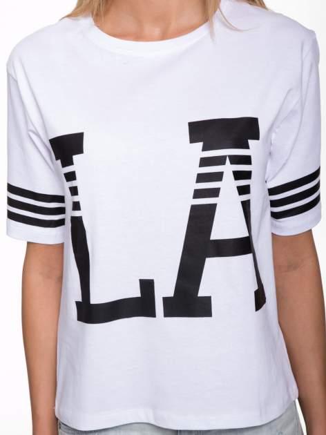 Biały t-shirt z nadrukiem LA w baseballowym stylu                                  zdj.                                  7