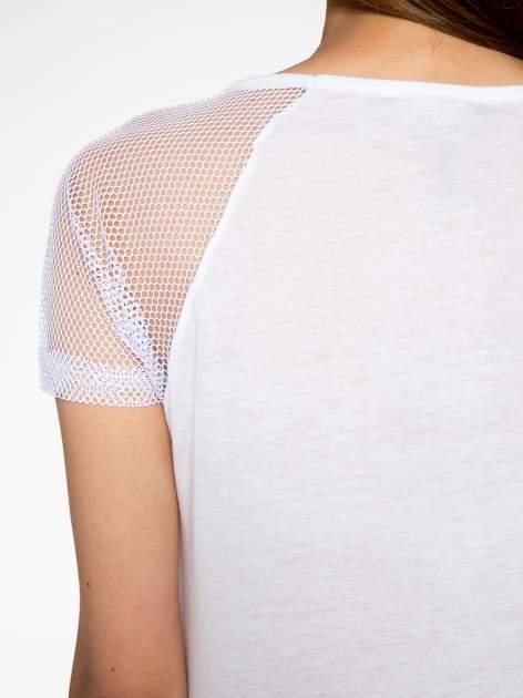 Biały t-shirt z nadrukiem NEW YORK 55 i siatkowymi rękawami                                  zdj.                                  9