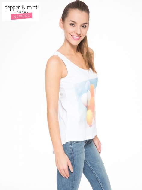 Biały t-shirt z nadrukiem balonów                                  zdj.                                  3
