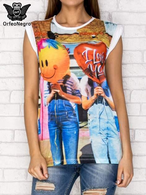 Biały t-shirt z nadrukiem dziewczyn z balonami                                  zdj.                                  1