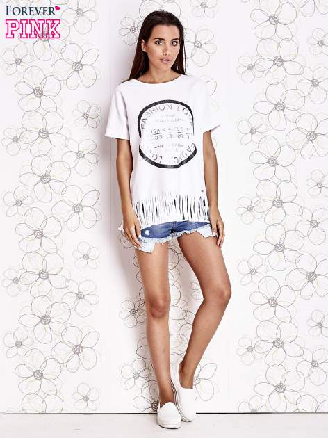 Biały t-shirt z nadrukiem i frędzlami                                  zdj.                                  2