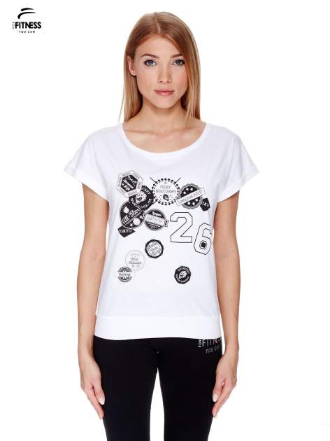 Biały t-shirt z nadrukiem naszywek                                  zdj.                                  1