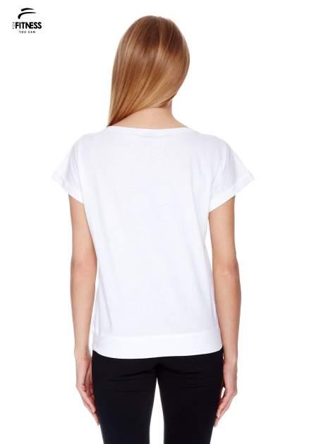 Biały t-shirt z nadrukiem naszywek                                  zdj.                                  4
