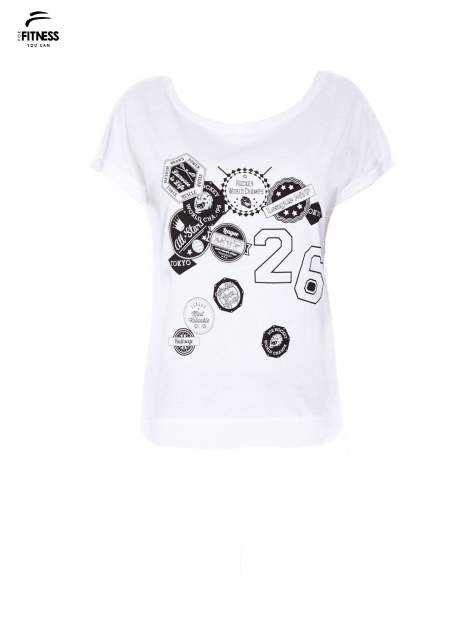Biały t-shirt z nadrukiem naszywek                                  zdj.                                  2