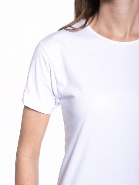 Biały t-shirt z nadrukiem numerycznym KAWAKUBO 42 z tyłu                                   zdj.                                  8