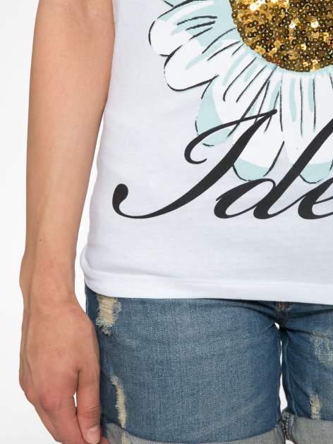 Biały t-shirt z nadrukiem stokrotki z dżetami                                  zdj.                                  6
