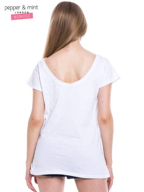 Biały t-shirt z nadrukiem tekstowym i dekoltem na plecach                                  zdj.                                  3