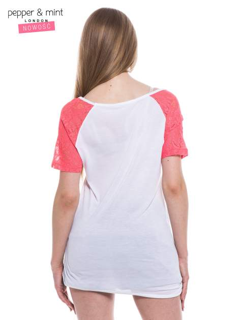 Biały t-shirt z nadrukiem twarzy i różowymi koronkowymi rękawami                                  zdj.                                  4