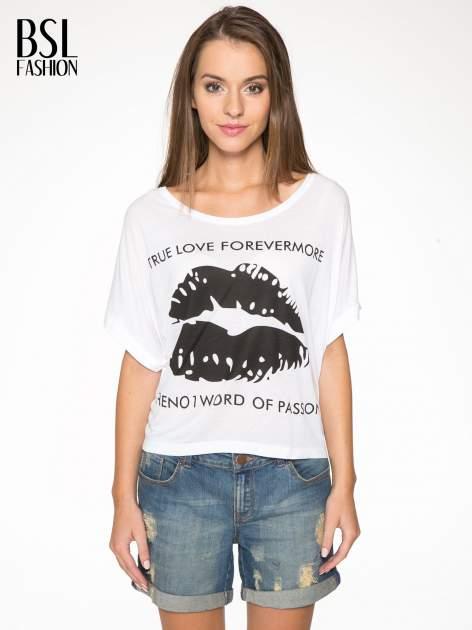 Biały t-shirt z nadrukiem ust i napisem TRUE LOVE
