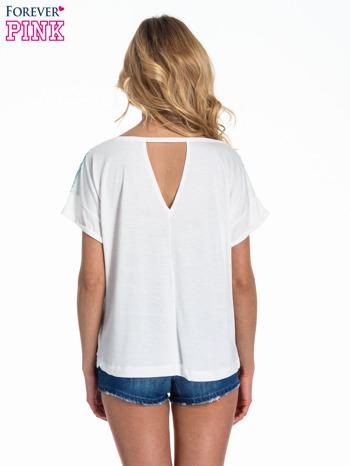 Biały t-shirt z nadrukiem w palmy                                  zdj.                                  3