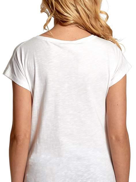 Biały t-shirt z nadrukiem w stylu fashion i zaokrąglonym dołem                                  zdj.                                  6
