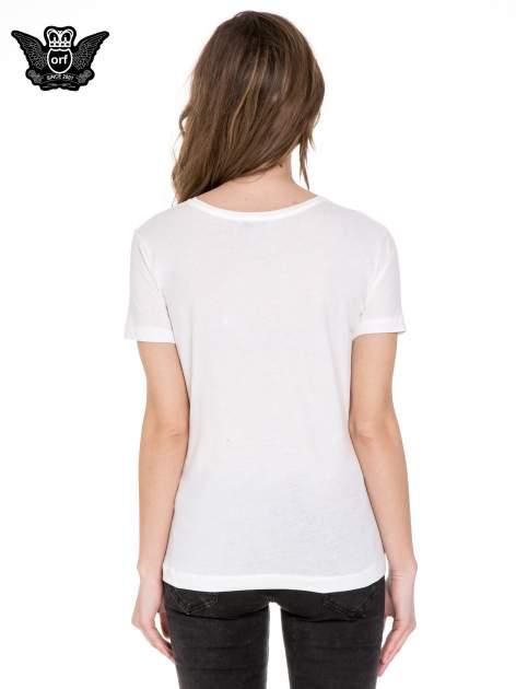 Biały t-shirt z nadrukiem złamanego serca                              zdj.                              4